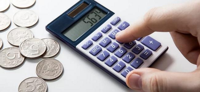 считает деньги на калькуляторе